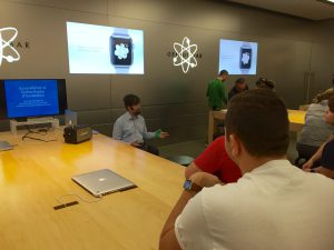 Nic presents in French to Apple store customers and staff